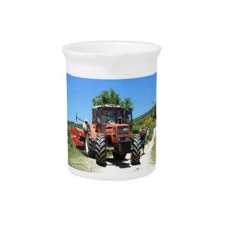 Roter Traktor auf EL Camino, Spanien Getränke Pitcher