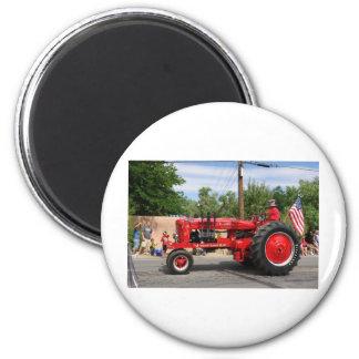 Roter Traktor Runder Magnet 5,1 Cm
