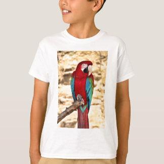 Roter und grüner Macaw T-Shirt