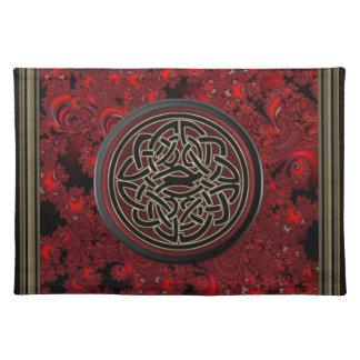 Roter und schwarzer keltischer Knoten auf rotem Tischset