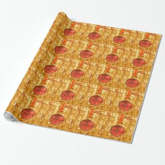 Roter Weihnachtsball auf Gold Geschenkpapier
