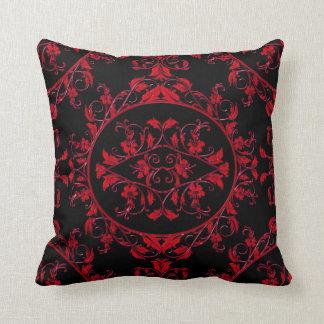 Rotes Damast-Spitze-Muster auf schwarzem Kissen