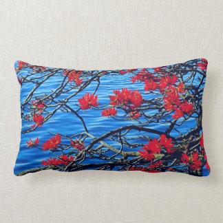 Rotes flüssiges Kissen der Blume und des Flusses