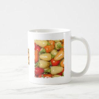 Rotes Gelbes und Orange der heißen Paprikaschoten Kaffeetasse