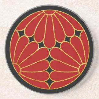 Rotes Gold Kiku Chrysantheme-Montages auf Untersetzer