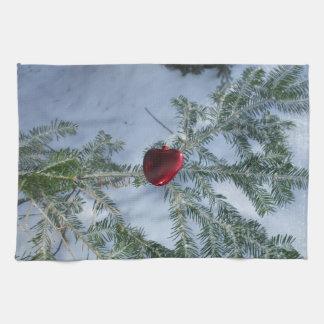 Rotes Herz auf Kiefern-Niederlassung Küchentuch