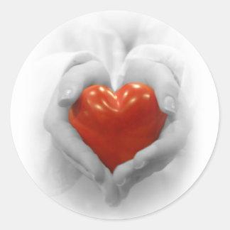 Rotes Herz in den Händen, i-Liebe, die Sie formen Runder Aufkleber