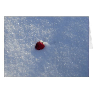 Rotes Herz in der Schnee-Leeren Karte