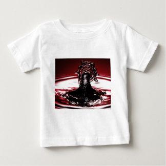 Rotes hochrotes Wasser-Tropfen-Spritzen Baby T-shirt