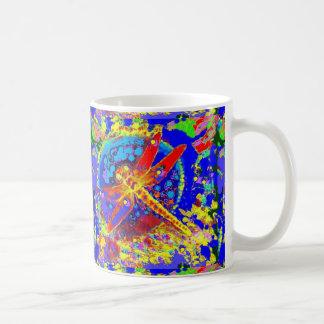 Rotes Libellen-Spritzen durch Sharles Kaffeetasse