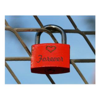 Rotes Liebe-Verschluss Padlockwith Herz auf Zaun Postkarte