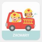 Rotes Löschfahrzeug mit Feuerwehrmann-Jungen und Quadratischer Aufkleber