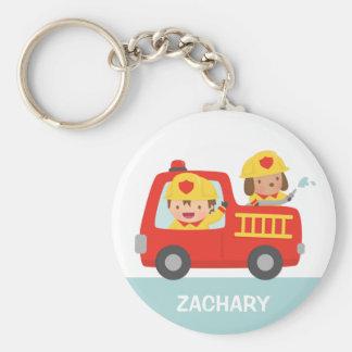Rotes Löschfahrzeug mit Feuerwehrmann-Jungen und Schlüsselanhänger