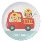 Rotes Löschfahrzeug mit Feuerwehrmann-Jungen und Teller