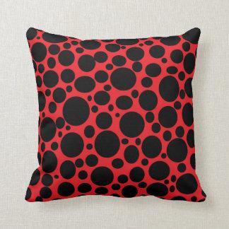 Rotes Meer des schwarzen Blasen-Kissens Kissen