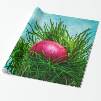 Rotes Osterei im Gras Geschenkpapier
