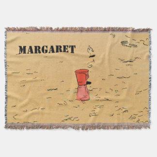Rotes Spielzeug Sandpail auf dem Strand-Zeichnen Decke