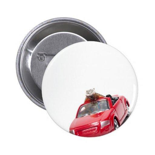 rotes Sportauto mit einem Diamantring Button