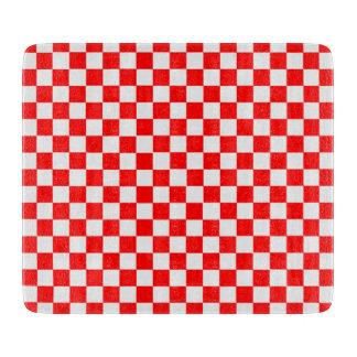 Rotes und weißes klassisches Schachbrett durch Schneidebrett