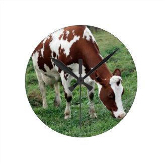 Rotes und weißes weiden lassendes Holstein Runde Wanduhr