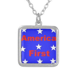 """Rotes, weißes und blaues """"Amerika zuerst"""" entwirft Versilberte Kette"""