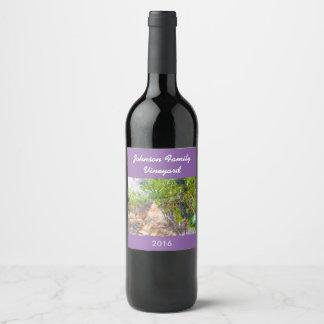 Rotwein-Trauben auf Rebe-kundengerechtem Weinetikett