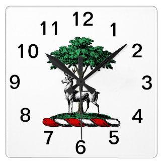 Rotwild-Hirsch durch Baum-heraldisches Quadratische Wanduhr