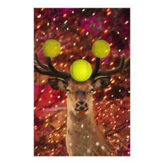 Rotwild mit Tennisbällen in einem glänzenden Wald. Briefpapier