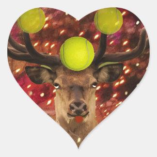 Rotwild mit Tennisbällen in einem glänzenden Wald. Herz-Aufkleber