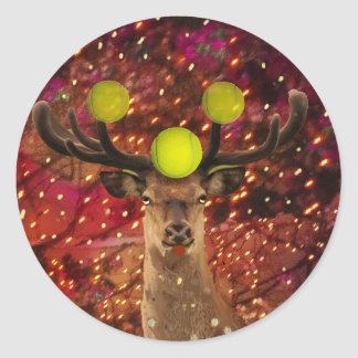 Rotwild mit Tennisbällen in einem glänzenden Wald. Runder Aufkleber