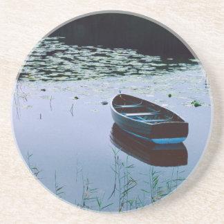 Rowboat auf dem kleinen See umgeben durch Wasser Getränkeuntersetzer
