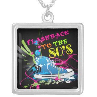 Rückblende zum Achtzigerjahre Neon-Turnschuh Versilberte Kette