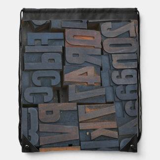Rucksack mit Typografiebriefbeschwereralphabet Turnbeutel