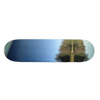 Ruderboot auf ruhigem See Skateboarddecks