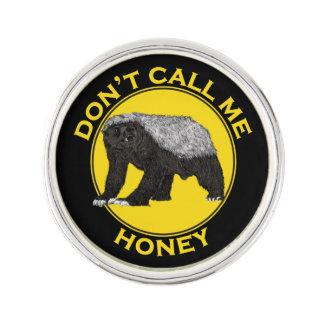 Rufen Sie mich nicht Honig, Anstecknadel