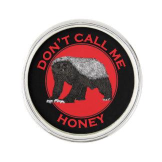 Rufen Sie mich nicht Honig, Honig-Dachs-rote Anstecknadel