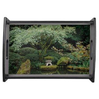 Ruhe an einem japanischen Garten Serviertablett