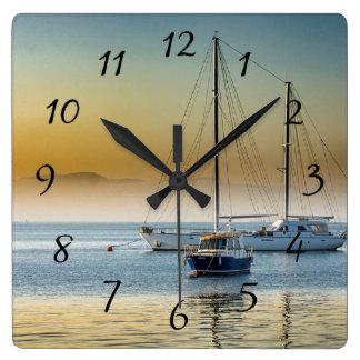 Ruhige Boote auf Ozean angekoppelter Uhr