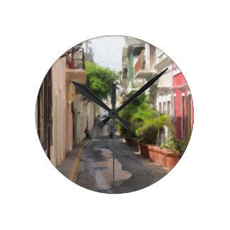 Ruhige kleine Straße von Puerto Rico Runde Wanduhr