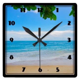 Ruhiger tropischer StrandSunsand und -meer Quadratische Wanduhr
