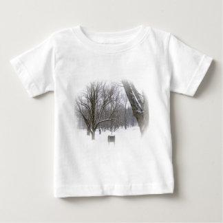 Ruhiger Winter-Schlaf Baby T-shirt