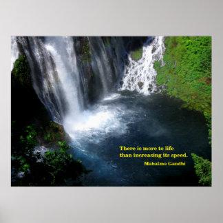 Ruhiges Pool an einem Wasserfall Poster