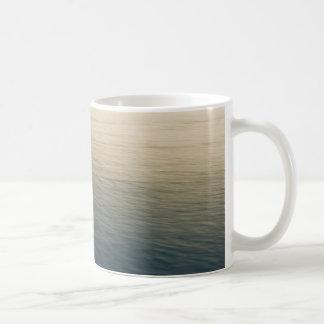 Ruhiges Wasser an der Dämmerung Kaffeetasse