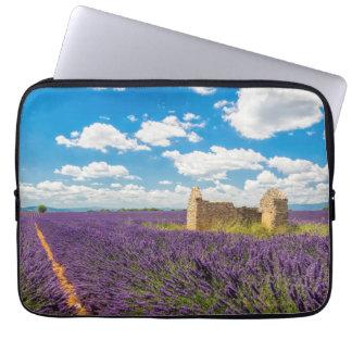 Ruine auf dem Lavendel-Gebiet, Frankreich Laptopschutzhülle