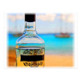 Rum-Flasche auf Strand Postkarte