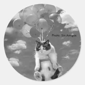 Runder Aufkleber: Lustiges Katzenfliegen mit Runder Aufkleber