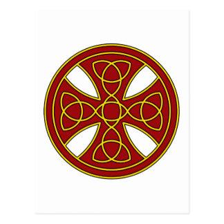 Rundes keltisches Kreuz im Rot und im Gold Postkarte