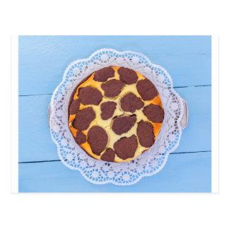 Russischer Schokoladenkäsekuchen auf einer blauen Postkarte