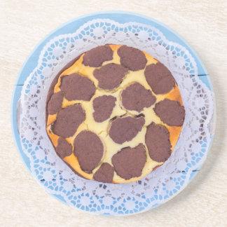 Russischer Schokoladenkäsekuchen auf einer blauen Untersetzer
