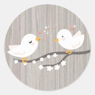 Rustikale graue hölzerne weiße Wedding Lovebirds Runder Aufkleber